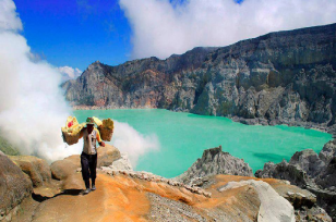 Trekking to Mt Ijen